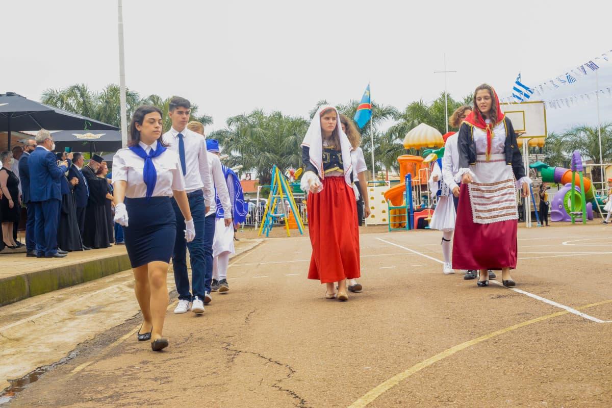 Παρέλαση μαθητών γυμνασίου λυκείου.